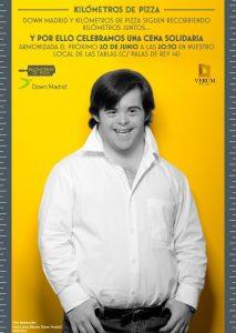 Un joven con síndrome de Down sobre fondo amarillo para la cena solidaria de Km de Pizza y Down Madrid