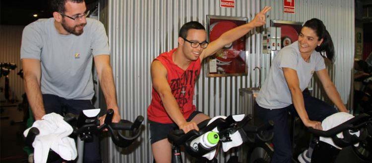 un joven con síndrome de Down practicando Spinning
