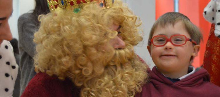 Gaspar de las fiesta de Reyes de ocio con un niño con síndrome de Down