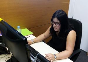 Joven con síndrome de Down de Down Madrid desarrollando un puesto de trabajo de administrativo
