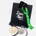 Embalaje y colgante de plata y oro conmemorativo de Down Madrid